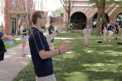 Orientation Team member Brayden Bergum with incoming freshmen admitted to BVU during the pandemic.